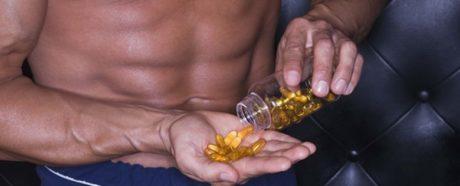 hombre agarrando esteroides